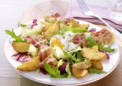 Pikanter Country-Salat mit Bacon, pochiertem Ei und Country Potatoes Klassisch-pikant
