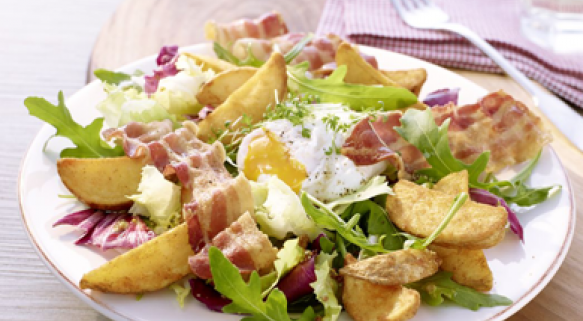 Pikanter Country-Salat mit Bacon, pochiertem Ei und Country Potatoes Classic