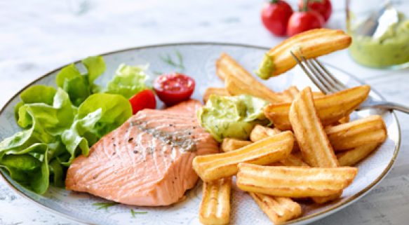 Lachsfilet mit Avocado-Curry-Creme und Minuten Frites Riffled Steakhouse